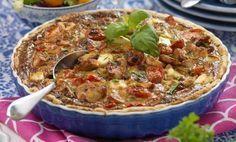 Frasig och god paj med kyckling, bacon, fetaost och tomater. Kan ätas varm, kall eller ljummen.