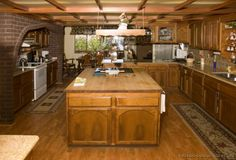 Traditional Medium Wood (Golden) Kitchen Cabinets #02 (Kitchen-Design-Ideas.org)