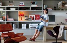 Com nichos, prateleiras e gavetas, a estante do escritório em casa cumpre sua missão sem deixar de ser decorativa também. (Foto: Editora Glo...