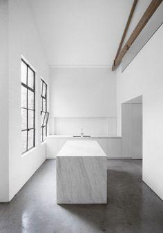 Kitchen with a marble cube by the Architect Joseph Dirand - full story: www.leuchtend-grau.de  #kitchen #marble #JosephDirand #Minimalism