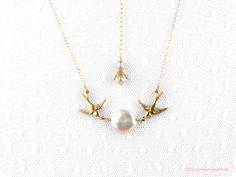 """Pearl necklace gold """"Birdy McBride"""" Crimsonfinch via Etsy."""