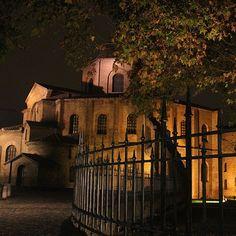 La magia della notte a San Vitale. Ravenna - Instagram by robdamat