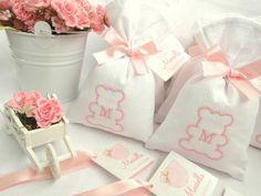 Sachê tamanho médio - em piquet, com bordado de ursinha e inicial do bebê - laço e tag personalizado - com mensagem.  Pedido Mínimo: 15 unidades. R$ 9,00