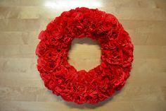 Tässä ihana ja helppotekoinen kreppipaperista tehty ruusukranssi. Todella kaunis ja näyttävä koriste jokaiseen kotiin! :) 4th Of July Wreath, Wreaths, Jewelry, Home Decor, Jewellery Making, Jewerly, Decoration Home, Door Wreaths, Jewelery