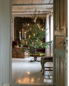 Scandinavian Christmas decorations are modern and rustic, minimal and cozy, simple and functional. Try something new in your holiday decor. Natural Christmas, Noel Christmas, Primitive Christmas, Country Christmas, Simple Christmas, Winter Christmas, Cottage Christmas, French Christmas, Cowboy Christmas