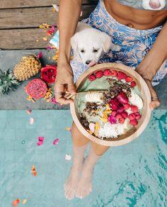 ELLIE BULLEN (@elsas_wholesomelife) op Instagram: 'Sunshine, ☼ smoothie bowls, @purecocobella & Babi lickin' her lips  #cocobellamoment #sp'
