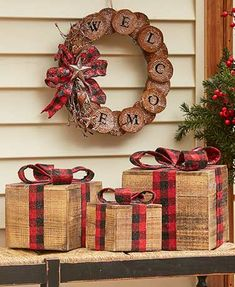 Awesome Country Christmas Decoration Ideas - A lot of country themed home are most likely to go for country Christmas decorations. Of course, country Christmas decorations will certainly complete. Christmas Balls, Rustic Christmas, Christmas Fun, Christmas Wreaths, Christmas Ornaments, Christmas Bedroom, Outdoor Christmas, Cabin Christmas Decor, Christmas Porch