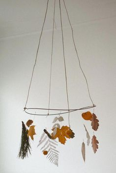 5 Fall DIY projects Take a walk through the forest, collect leaves, chestnuts, acorns… raw material for amazing crafts. This weekend can be fun! Forest mobil via Leaf silhouettes via Acorn garland. Nature Crafts, Fall Crafts, Diy And Crafts, Arts And Crafts, Mobiles, Diy For Kids, Crafts For Kids, Do It Yourself Baby, Arte Floral