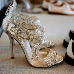 Bridal shoes by Oscar de la Renta! | www.mysweetengagement.com