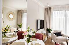 Małe mieszkanie - urocze, jasne wnętrze - Galeria - Dobrzemieszkaj.pl Table Settings, Curtains, Interior Design, Mirror, Furniture, Home Decor, Living Room, Nest Design, Blinds