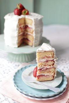 Hoy te enseñamos una receta de tarta de fresas y nata. Fotos del paso a paso y consejos útiles para su elaboración.