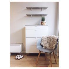Idealin kalusteista koottu kaunis eteiskokonaisuus Kruununhaan myymälästä. Nightstand, Instagram Posts, Table, Furniture, Home Decor, Decoration Home, Room Decor, Night Stand, Tables
