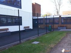 Betonbank DeLuxe Antraciet met leuning bij Handsworth Wood Girls Academy in Birmingham B20 2HL