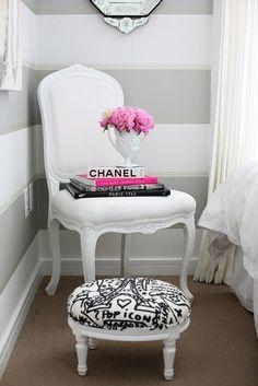 RETRÔ Essa cadeira clássica, recebeu uma laca fosca branca, e um tecido também branco. Já o pufe recebeu a mesma laca, mas para o revestimento foi usado um tecido com estampa bem moderna em preto e branco.
