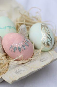 Stilvolle Boho Ostereier mit temporärem Metallic Tattoo | Boho Tattoo Easter Eggs Decoration