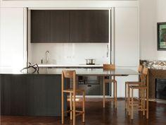 Esthétique et discrète. Dans cet appartement haussmannien, la cuisine est habillement dissimulée derrière de grandes portes pliantes escamotables. La table de repas, de 4 millimètres ... #maisonAPart