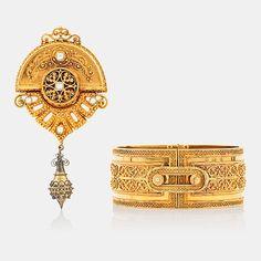 PARURE I TVÅ DELAR. ARMBAND samt BROSCH/HÄNGE. Tillverkat av Gustaf Dahlgren, Malmö 1872 - 74. Längd brosch ca 82 mm. Armband Ø ca 60 mm. Kläpp på brosch ej guld. 18K guld.