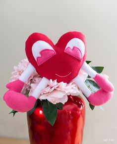 Free Plush Pattern: Heart Squeeze Stuffed Toy Free Plush Pattern: Herz Squeeze Stofftier – Scratch and Stitch Sewing Patterns Free, Free Sewing, Valentine's Day Crafts For Kids, Plush Pattern, Sewing Basics, Valentine Day Crafts, Stuffed Animal Patterns, Spring Crafts, Sewing Projects