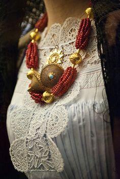 Collana in oro, corallo e turchesi | by alecani
