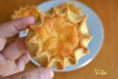 Τα καλιτσουνάκια, το πιο αγαπημένο πασχαλινό γλυκό της Κρήτης φτιάχνεται την Μεγάλη Παρασκευή ή το Μεγάλο Σάββατο και δεν λείπει ποτέ από κανένα γιορτινό κρητικό τραπέζι