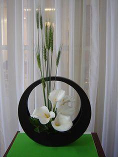 Wheat And Calla By Ligia Miranda Contemporary Flower Arrangements, White Flower Arrangements, Artificial Floral Arrangements, Contemporary Garden Design, Ikebana Arrangements, Ikebana Flower Arrangement, Deco Floral, Arte Floral, Arreglos Ikebana