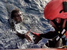 Migrante é resgatado do Mar Mediterrâneo por um membro da ONG Proactiva Open Arms perto da costa da Líbia, na segunda (3) (Foto: Aris Messinis/AFP)