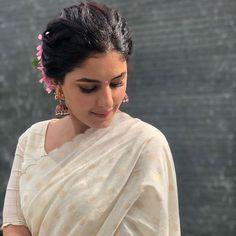 Onam Saree, Kerala Saree, Hair Tutorials For Medium Hair, Medium Hair Styles, Set Saree, Bridesmaid Saree, Saree Poses, Kids Dress Patterns, Designer Blouse Patterns