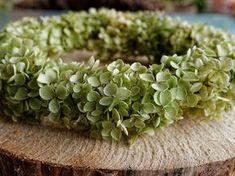 Bastelanleitung Hortensienkranz binden. Schöne Herbstdeko selber machen und einen Kranz mit Hortensien binden. How To Dry Basil, Honey, Deco Wreaths, Fall Crafts, Autumn Decorations, Craft Tutorials