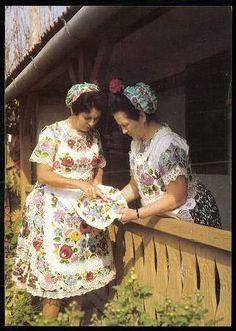 Kalocsa; Népviselet | Képeslapok | Hungaricana Folk Fashion, Vintage Fashion, Folk Costume, Costumes, Art Populaire, City People, Historical Clothing, Traditional Dresses, Folklore