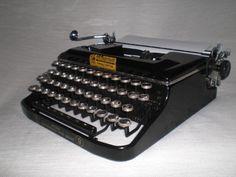 Tragbare mechanische Schreibmaschine der Marke Erika , Modell «9», A.-G. vormals Seidel
