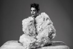 Deze foto deed me aan een pas geboren kuikentje denken. Mooie pose, bijzondere jas en een prachtige foto. Nanna van Blaaderen, collectie A/W 2012, Fotograaf: Pablo Delfos