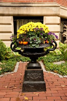 25 Top Trends Fall Planters to Beautify Decoration Garden Urns, Garden Planters, Landscaping Tips, Garden Landscaping, Ornamental Kale, Fall Containers, Flower Containers, Succulent Containers, Led Lighting Home