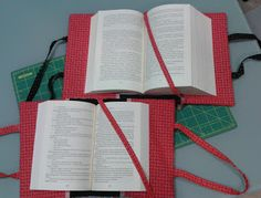 bolso portalibros Easy Sewing Projects, Sewing Crafts, Projects To Try, Fabric Book Covers, Office Phone, Landline Phone, Quilt Blocks, Quilts, Pattern