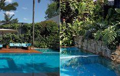 Uma ilha com spa foi criada dentro da piscina, que termina no muro de pedra marroada. O local foi coberto com plantas, entre elas costela-de-adão e ipezinho-de-jardim. Criação do paisagista Gil Fialho