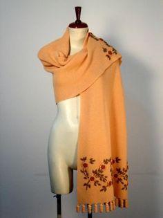 Gelber #Schal mit #Tornillo #Bordados Stickereien, #Alpakawolle. Ein kostbarer Schal, aufwändig mit Tornillo Bordadas Stickereien gestaltet. Eine hunderte von Jahren alte Tradition der Stickerei aus #Peru, eine aufwendige und liebevolle Handarbeit.