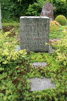 Thomas Mann (Lubeca, Imperio alemán, 6 de junio de 1875 – Zúrich, Suiza, 12 de agosto de 1955) Cementerio de Kilchberg, Suiza
