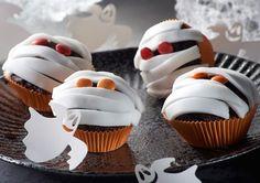 Marmor-Muffins mit gruselig-süßer Mumien-Dekoration zu Halloween