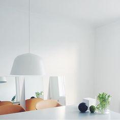 Ambit lampen fra @muutodesign er fantastisk Her ser du den hengende over spisebordet til flinke @nina_bruun #nordiskehjem #interior #inspo #beautiful #ambitlamp #muutogram #muuto