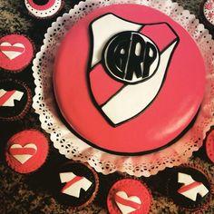 River Plate torta y cupcakes Sport Cakes, Cupcakes, Birthday Cake, Plates, Ely, Carp, Ariel, Tableware, Desserts