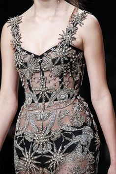 high fashion Alexander McQueen Fall 2016 Ready-to-Wear Fashion Show Details Fashion Details, Look Fashion, High Fashion, Fashion Show, Fashion Design, Vogue Fashion, Fall Fashion, Style Haute Couture, Couture Fashion