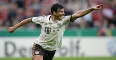 Claudio Pizarro es el máximo goleador extranjero de la Bundesliga con 169 goles en 363 partidos. (AFP)