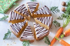 Šejkrované moučníky byly hitem v 90. letech minulého století. Jejich předností je to, že k zpracování těsta potřebujete jen 5 minut času a vaše ruce na třesení s dobře těsnící mísou.  Připravit tak můžete třeba úžasný šejkrovaný mrkvový koláč s citrónovou polevou, na který najdete recept na blogu. Pasta, Sugar, Cookies, Food, Lemon, Crack Crackers, Eten, Cookie Recipes, Noodles