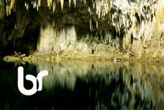Barquinho na caverna em Bonito, Mato Grosso do Sul, Brasil