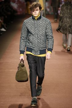 See the complete Etro Fall 2016 Menswear collection.