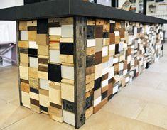 legno Bancone composto con scarti di legni vari e ripiano in impiallicciato.