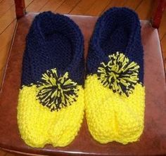 simple slippers *NOW WITH PATTERN* - KNITTING - so, i have graduated from long rectangles (scarves). my grandmother used to knit these slippers for everyone - friends, family, etc. i inherited her k Crochet Baby Boots, Knitted Booties, Knitted Slippers, Kids Slippers, Crochet Shoes, Knitting Socks, Knitting Stitches, Baby Knitting, Barbie Knitting Patterns