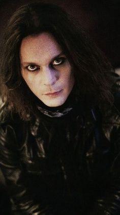 Plain hair, large leather jacket, scarf, black eyeliner (+ dark circles, kind of ;P)