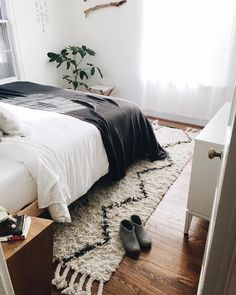 Here we showcase a a collection of perfectly minimal interior design examples for you to use as inspiration. Check out the previous post in the series: 22 Examples Of Minimal Interior Design Interior Design Examples, Design Ideas, Quiz Design, Interior Designing, My New Room, Home Bedroom, Master Bedroom, Bedroom Ideas, Bedroom Rugs