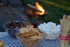 New wedding summer night bridal shower ideas Fall Wedding Colors, Summer Wedding, Backyard Bridal Showers, Backyard Parties, Backyard Bbq, Wedding Games For Guests, Wedding Reception Lighting, Wedding Cake Prices, S'mores Bar