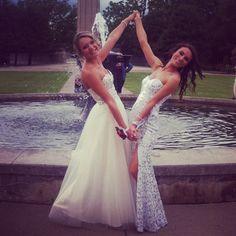 Prom best friend pose